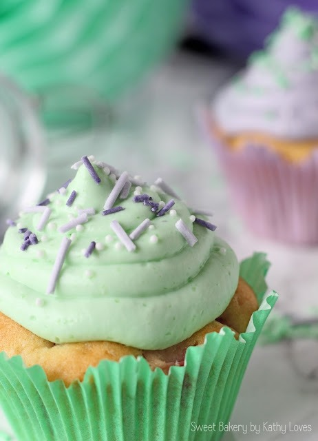 Vanille Cupcakes mit Mascarponefrosting Fruchtige Cupcakes mit Zuckerstreuseln - by Kathy Loves