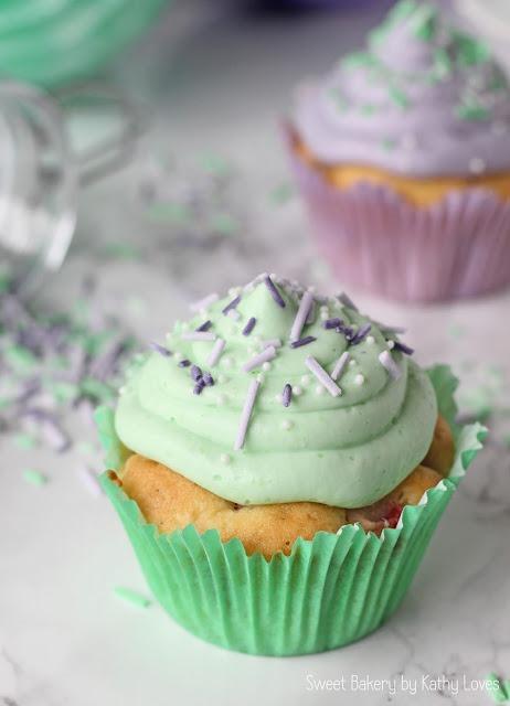 Fruchtige Vanille Cupcakes mit Zuckerstreuseln - by Kathy Loves