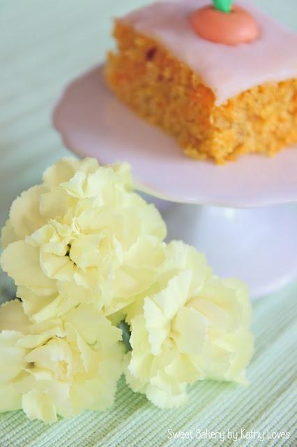 Möhrenkuchen vom Blech mit Zuckerguss und Zuckermöhrchen - by Kathy Loves