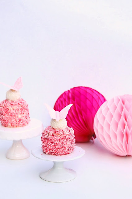 Erdbeer Kokos Törtchen mit Zuckerschmetterling Raffaello - by Kathy Loves