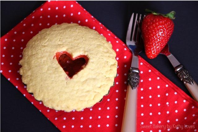 Mini Pies mit Erdbeeren und Rhabarber - by Kathy Loves