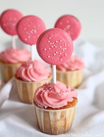 Macaron Lollipop Cupcakes Erdbeeren Frischkäse Frosting - by Kathy Loves