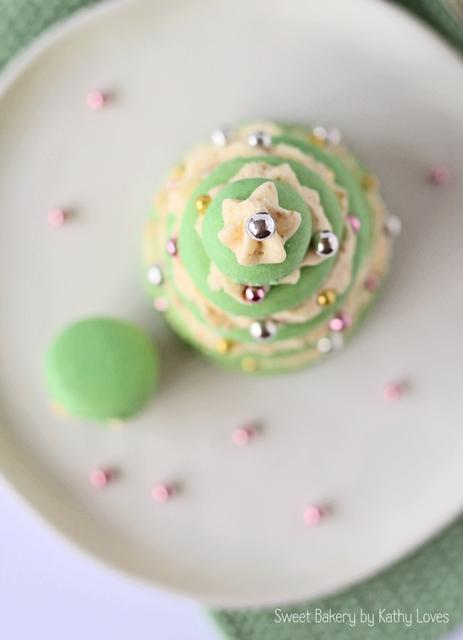 Christmas Macarons - Macaron Monday by Kathy Loves