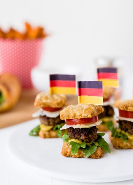 WM Food Das Runde muss ins Eckige Snacks und Fingerfood - Mini Burger Parmesan Kräcker